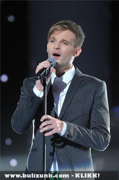 Puskás Péter énekli Csillagok címû számát az 57. Eurovíziós Dalfesztivál hazai második elõdöntõjén