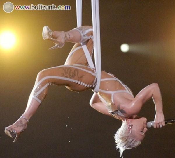 Pink előadása a Grammyn