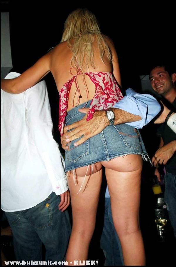 Hoppsz - Felcsuszott Paris Hilton szoknyája