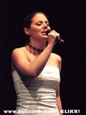 Szinetár Dóra énekel