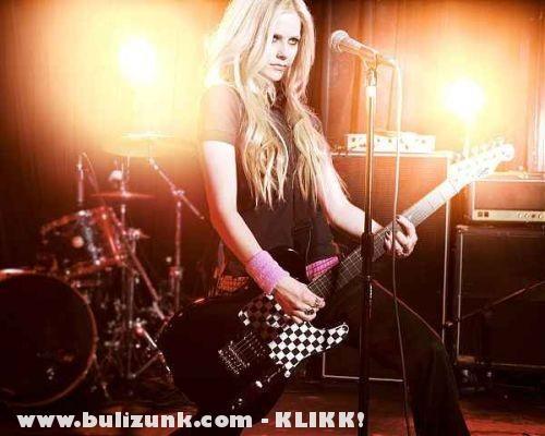 Avril Lavigne gitározik