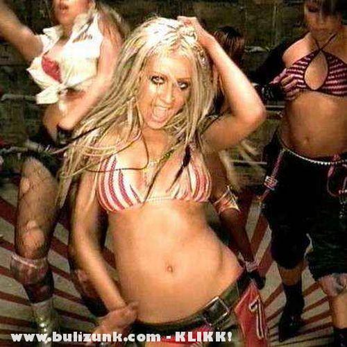 Christina Aguilera melltartóban