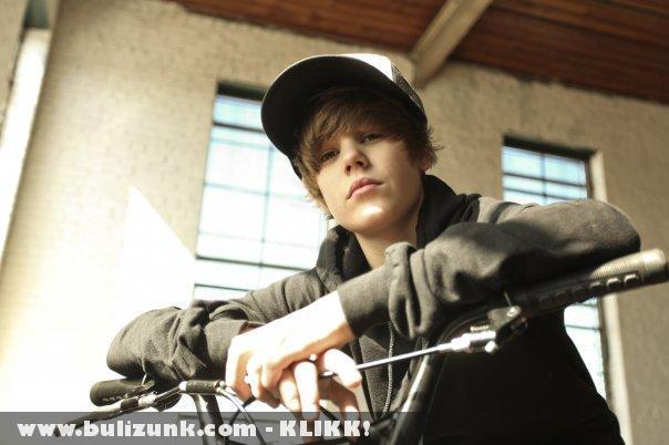 Justin Bieber kikezdett Cheryl Cole-lal