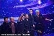 A Compact Disco együttes tagjai ünneplik gyõzelmüket a színpadon, miután megnyerték az 57. Eurovíziós Dalfesztivál hazai versenyének döntõjét
